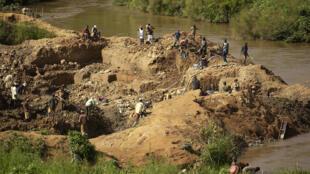 Des chercheurs d'or dans la mine d'Iga Barriere, dans l'est de la RDC en mai 2006.
