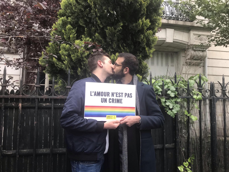 Протест поцелуев (kiss-in) в поддержку ЛГБТ в Чечне у посольства России в Париже - 17 мая Международный день борьбы с гомофобией и трансфобией