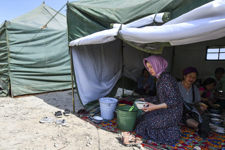Беженцы из села Максат в палаточном лагере недалеко от кыргызо-таджикской границы. Баткенская область Кыргызстана, 4 мая 2021 г.