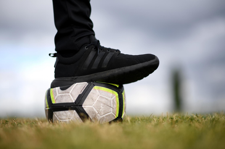 Photoprise le 30 avril 2020 sur un terrain d'un club de football amateur près de Paris pendant le confinement.