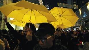 2014年12月31日,香港親民主派人士手持象徵佔領運動的黃雨傘參加新年倒計時活動。