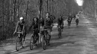 Des jeunes gens en randonnée en bicyclette. Grâce aux accords de Matignon en 1936, les salariés bénéficient de la semaine des quarante heures et de quinze jours de congés payés.