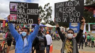 Decenas de colombianos celebran el 30 de mayo de 2021 en Zipaquirá, Colombia, la victoria de Egan Bernal en el Giro de Italia en medio de las violentas manifestaciones que sacuden desde hace un mes al país