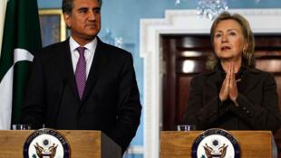 Ngoại trưởng Mỹ Hillary Clinton và đồng nhiệm Pakistan Shah Mahmood Qureshi (Reuters)