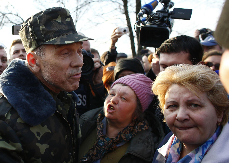 Le général Krutov, qui commande l'«opération anti-terroriste» lancée par Kiev, s'adresse aux manifestants pro-russes devant l'aérodrome militaire ukrainien de Kramatorsk, le 15 avril
