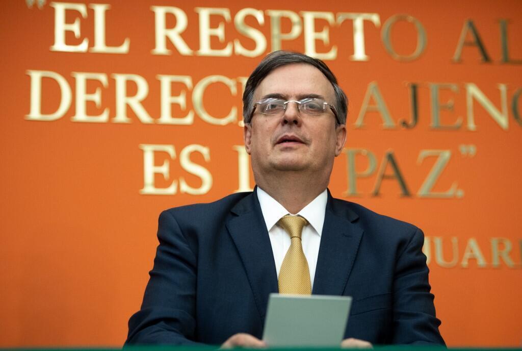 """""""مارسِلو اِبرارد"""" وزیر امور خارجۀ مکزیک نیز که از روز چهارشنبه ٥ ژوئن، برای انجام مذاکراتی فشرده با مقامات آمریکایی در این زمینه وارد واشنگتن شده بود، از تعلیق تعرفه های گمرکی و به امضا رسیدن این توافقنامه میان دو کشور ابراز خرسندی کرد."""