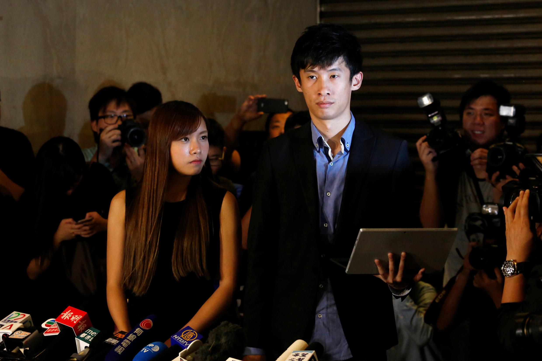 香港立法会新当选议员梁松恒(右)因被指宣誓不当被取消议员资格。2016年11月15日他在香港最高法院门外举行记者会质疑取消其议员资格的裁决。