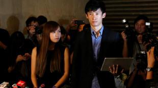 香港立法會新當選議員梁松恆(右)因被指宣誓不當被取消議員資格。2016年11月15日他在香港最高法院門外舉行記者會質疑取消其議員資格的裁決。