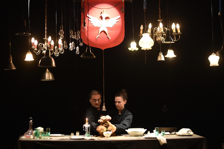 Стол как символическая репрезентация власти в спектакле «Убю» труппы Pupella-Noguès