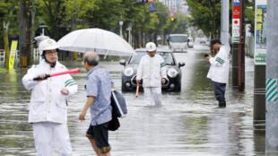 Les inondations dues aux pluies diluviennes ont déjà fait 2 morts dans le sud du Japon.