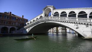Una góndola pasa por debajo del puente Rialto de la ciudad italiana de Venecia el 27 de mayo de 2020