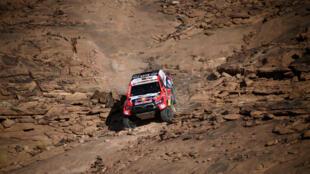 El piloto catarí de Toyota Nasser Al-Attiyah y su copiloto francés Mathieu Baumel compiten en el rally Dakar en Arabia Saudita el 5 de enero de 2021