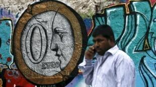 """En Atenas, un graffiti del artista Aquiles muesra una moneda de """"cero"""" euros."""