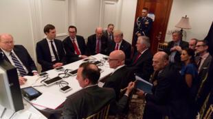 Tổng thống Mỹ Donald Trump họp với các cố vấn an ninh về việc phóng hỏa tiễn sang Syria, 06/04/2017.