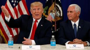 Tổng thống Mỹ Donald Trump (T) trả lời họp báo tại Bedminster, New Jersey, ngày 10/08/2017.