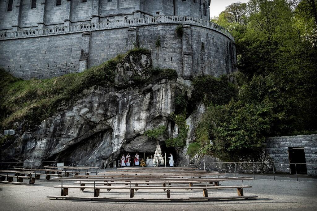 Ảnh minh họa : Cảnh vắng hoe của thánh địa Lộ Đức (Lourdes) thời covid-19.