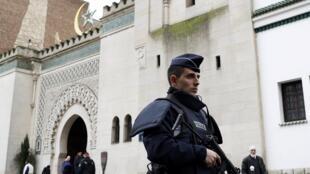 Policial faz a segurança na entrada da Grande Mesquita de Paris desde o atentado contra a revista Charlie Hebdo, na última quarta-feira (7).