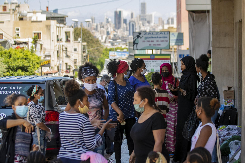 Des dizaines de domestiques éthiopiennes sont rassemblées devant le consulat éthiopien,  à Hazmieh, à l'est de Beyrouth, au Liban, le 4 juin 2020.