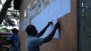Au Bénin, les électeurs cherchent leur nom sur la liste affichée près de chaque bureau de vote pour les élections législatives, ici à Cotonou le 26 avril 2015. (Image d'illustration)