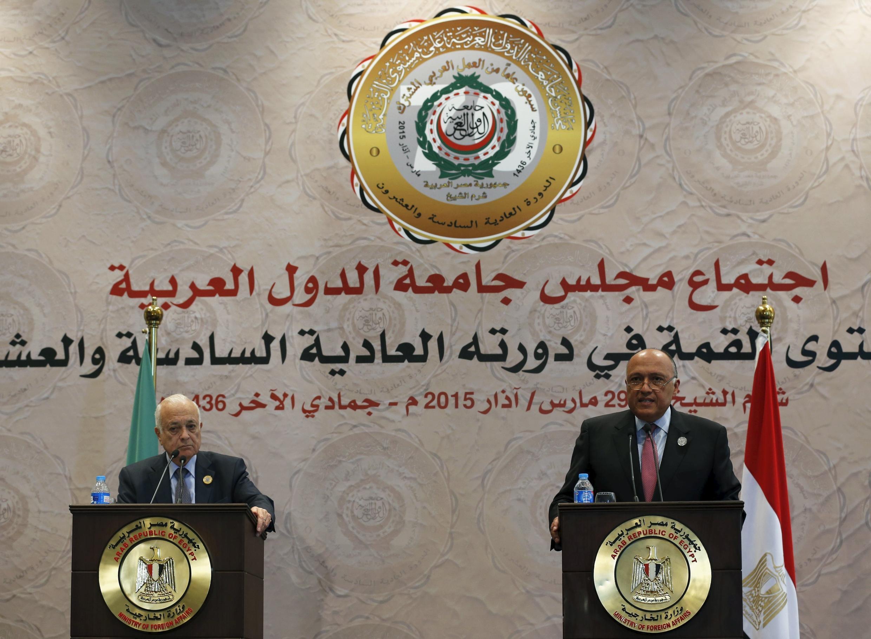 Tổng thư ký Liên đoàn Ả Rập (T) với Ngoại trưởng Ai Cập Sameh Shoukry tại buổi họp báo sau hội nghị thượng đỉnh khối Ả Rập, Charm al Cheikh, Ai Cập, 29/03/2015.