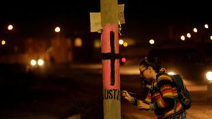 """Una militante feminista pinta la palabra """"Justicia"""" en un poste de luz para recordar a las mujeres que fueron asesinadas, este 7 de marzo de 2017 en Ciudad Juárez, México."""
