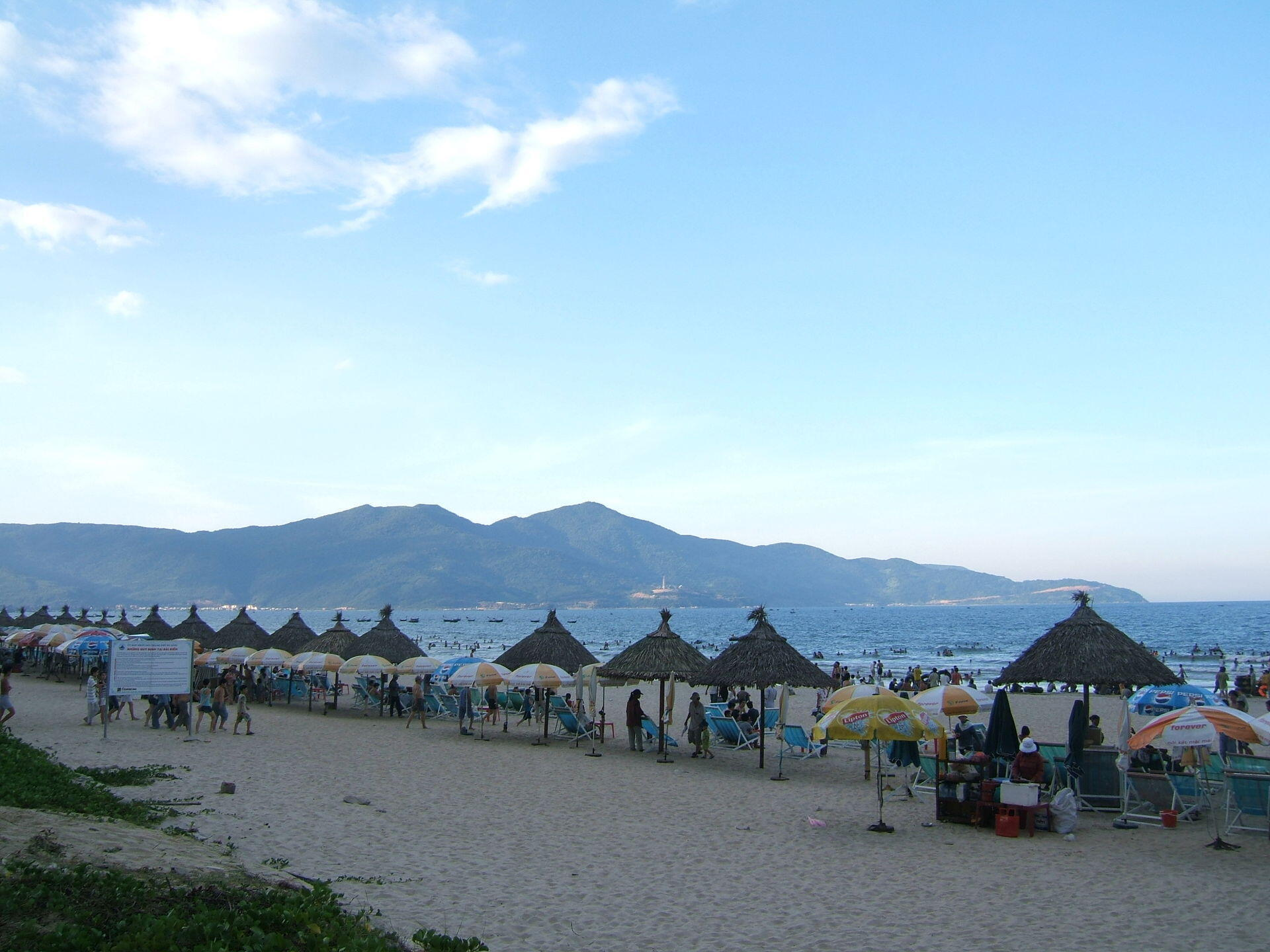 Bãi biển Mỹ Khê ở Đà Nẵng, một trong hai thành phố thu hút nhiều du khách nhất.