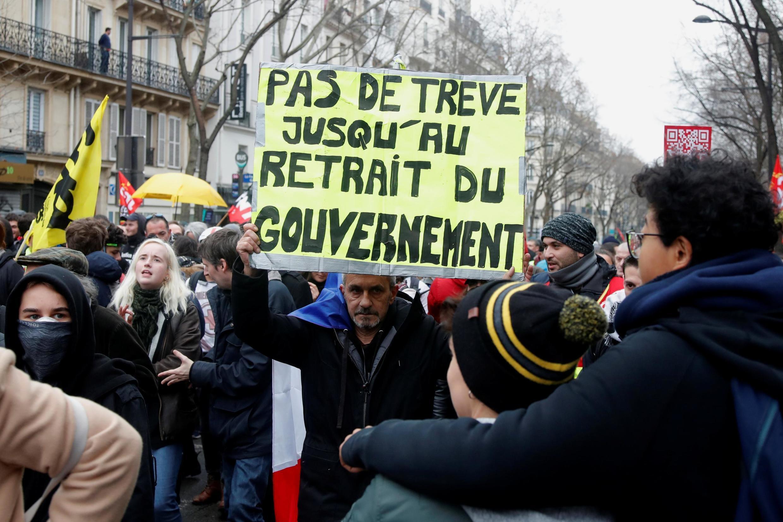 Cerca de 452.000 pessoas saíram às ruas em toda a França nesta quinta-feira (9) contra a reforma da previdência.