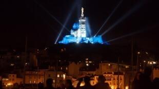 La basilique Notre-Dame de la Garde, le symbole de Marseille, illuminée pendant le lancement de la Capitale européenne de la culture.