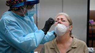 Una mujer se realiza la prueba del coronavirus, el 13 de mayo en una iglesia de Harlem, en Nueva York