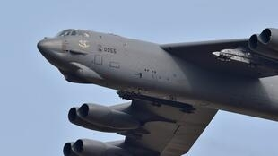 Phi cơ Mỹ B-52 bay tới căn cứ Osan ở Pyeongtaek, phía nam Seoul, Hàn Quốc, 10/1/2016.