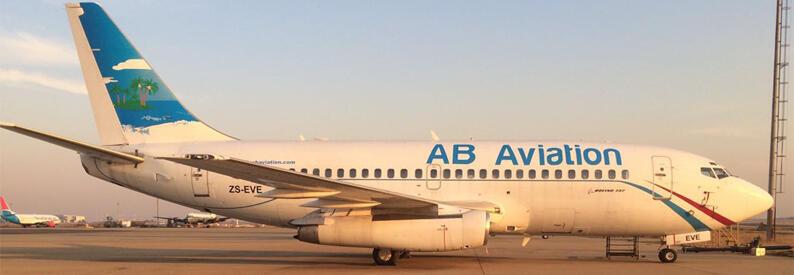 Un avion de AB Aviation sur le tarmac d'un aéroport.