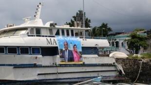 Affiche électorale pour les candidats indépendants aux élections aux Comores, sur un bateau cassé dans le port de Moroni à Moroni le 8 janvier 2020.