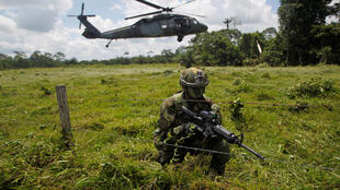 Un soldat colombien à la frontière équatorienne, le 18 avril 2018.
