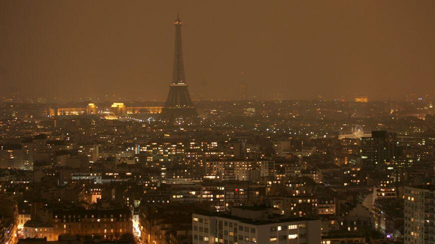 """巴黎艾菲尔铁塔与约三百座大厦一同关灯,响应""""地球一小时""""行动。2018/03/24"""