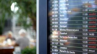 Painel exibe voos cancelados no aeroporto de Hamburgo, na Alemanha.