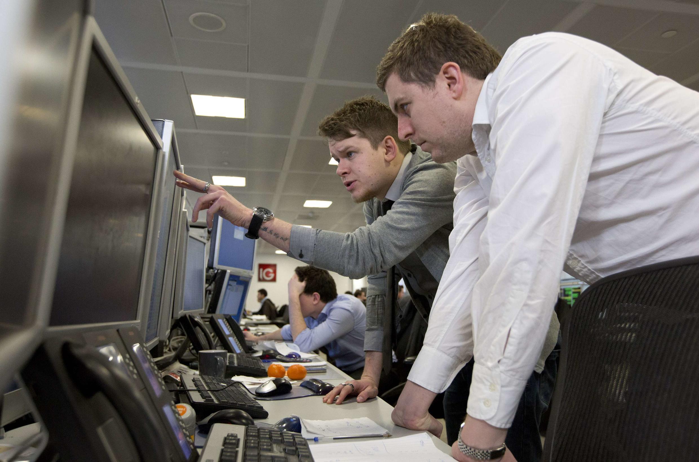 Les traders suivent de près la situation à Chypre, comme c'est le cas ici à la Bourse à Londres, le lundi 18 mars 2013.