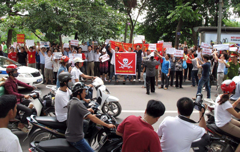 Biểu tình trên đường phố Hà Nội phản đối Trung Quốc xâm phạm lãnh hải, 19/6/2011.