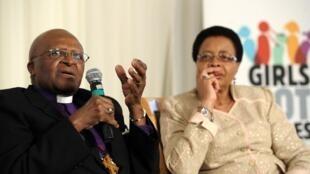 Desmond Tutu et Graça Machel, l'épouse de Nelson Mandela. Johannesburg, le 6 novembre 2012.
