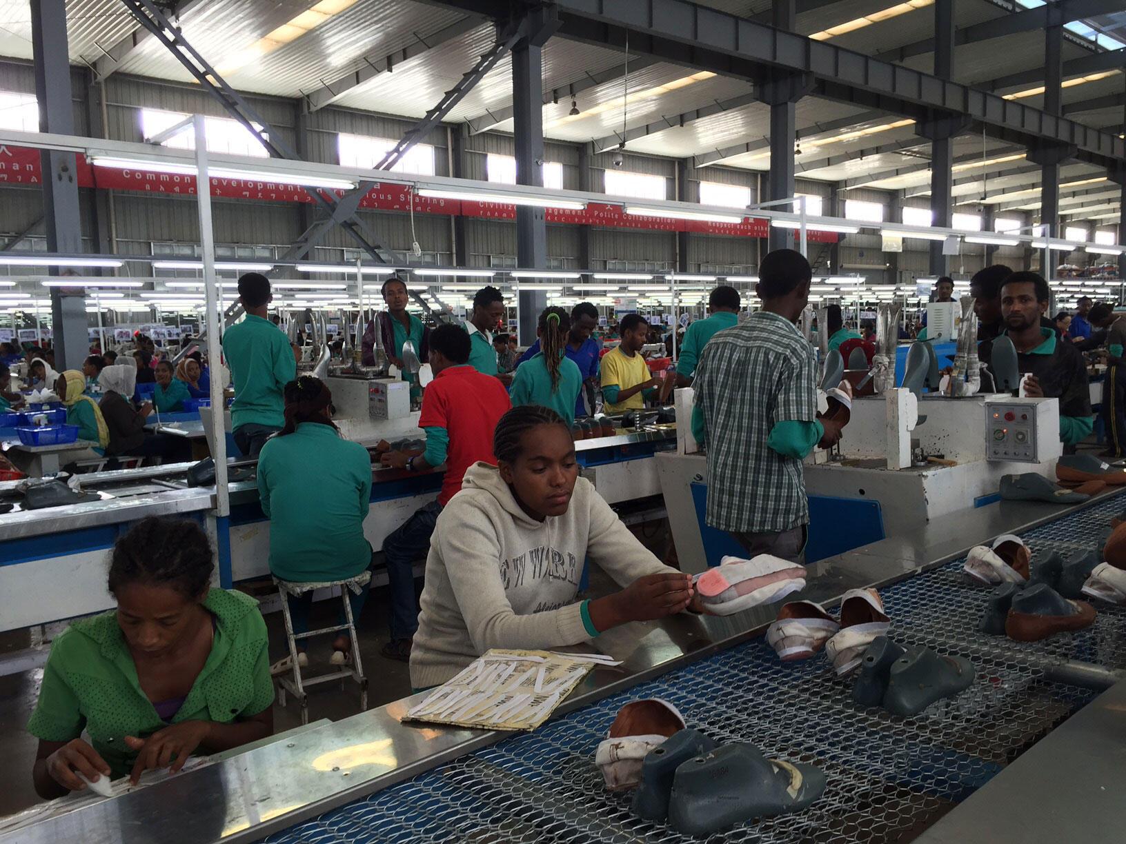 Usine chinoise de chaussures dans la banlieue industrielle d'Addis-Abeba.