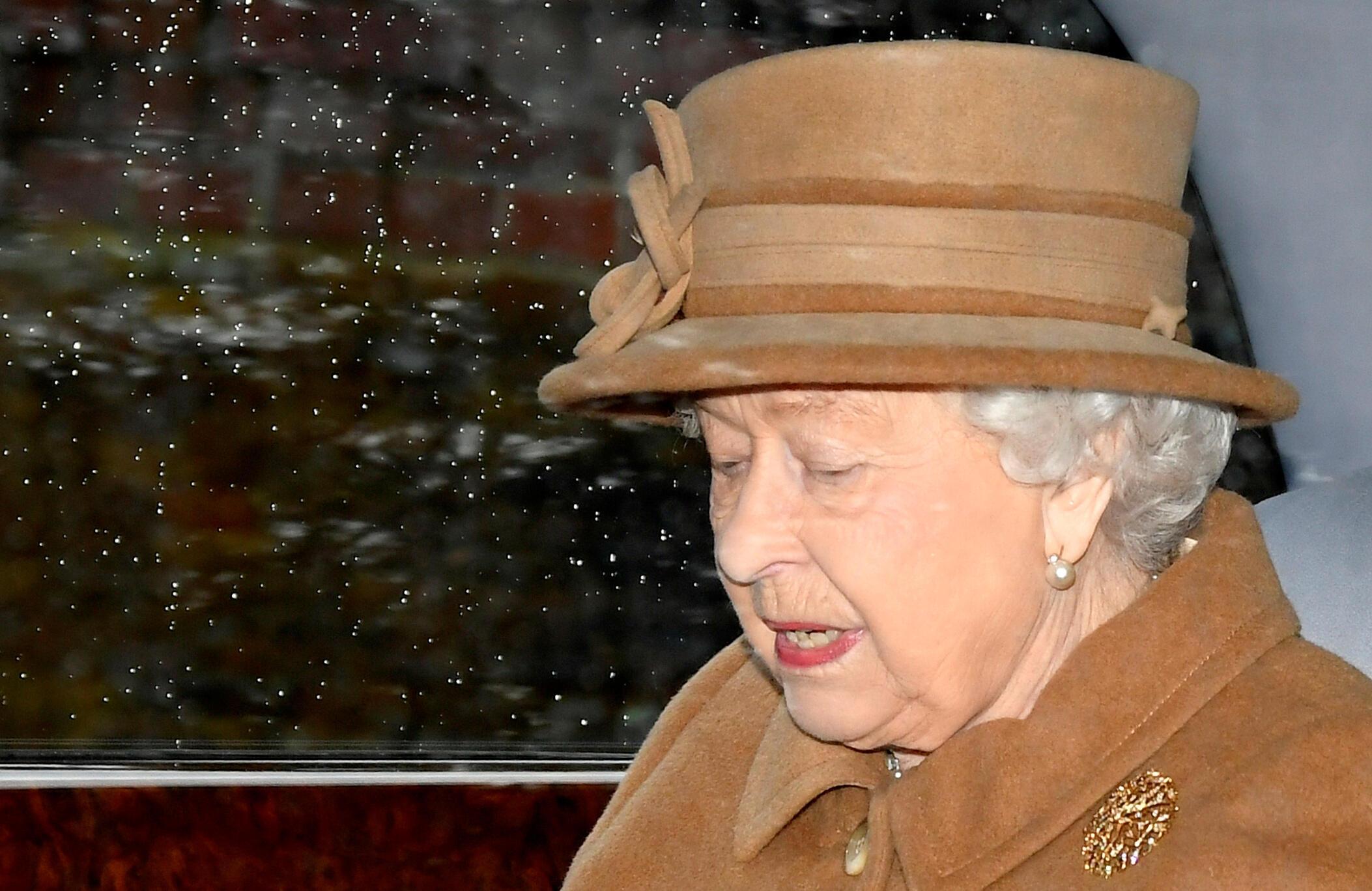 La reine Élisabeth II quitte l'église Sainte-Marie-Madeleine à Sandringham dans l'est de l'Angleterre, le 12 janvier 2020. C'est dans ce comté, dans la résidence secondaire de la reine que se tiendra la concertation au sommet.