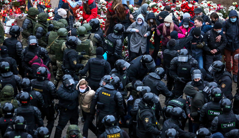 La policía dispersa y detiene a los manifestantes de la oposición, el 15 de noviembre de 2020 en Minsk.