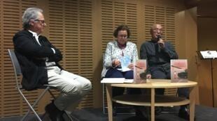 2019年4月2日,廖亦武(右一)在巴黎Globe出版社,參加《子彈鴉片-天安門大屠殺的生與死》法文版出版發行會。中為法國漢學家瑪麗-侯芷明,左一為前《解放報》駐京記者Pierre Haski.