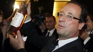 Yours for only 7,000 euros - Hollande with a bottle of wine from the Corrèze region he represented in parliament