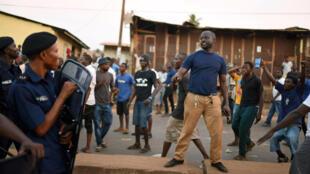 Wafuasi wa mgombea wa upinzani Julius Maada Bio wakizozana na polisi mjini Freetown, Machi 7, 2018.