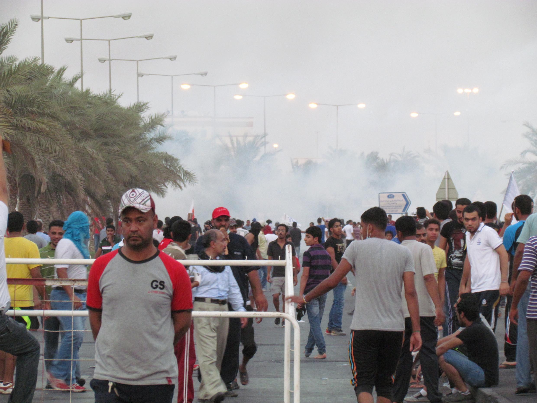 A la fin de la manifestation des jeunes du 14 février, la police anti-émeute lance des gaz lacrymogènes avant de charger en voiture.