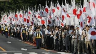 Tổ chức Ganbare Nippon (Nhật Bản, Hãy kiên định), theo khuynh hướng dân tộc chủ nghĩa, trong cuộc  biểu dương lực lượng tại Tokyo ngày 15/8/2013 nhân kỷ niệm 68 năm Nhật tuyên bố đầu hàng Đồng minh.