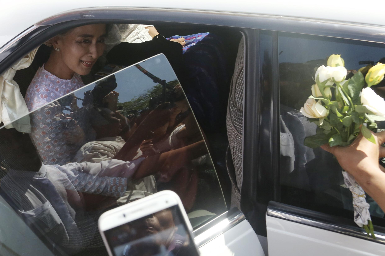 Bà Aung San Suu Kyi mỉm cưởi khi rời trụ sở của đảng LND tại Rangoon, ngày 09/11/2015.