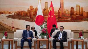 """نخست وزیر ژاپن """"شینزو آبه""""، در آغاز اقامت خود در پکن با همتای چینی خود """"لی کُ چیان"""" دیدار و گفتگو کرد. پنجشنبه ٣ آبان/ ٢۵ اکتبر ٢٠۱٨."""