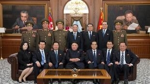 Lãnh đạo Bắc Triều Tiên Kim Jong Un (giữa) chụp ảnh kết thúc khóa họp Ban Chấp Hành Trung Ương đảng Lao Động Triều Tiên lần thứ 14. Ảnh ngày 12/04/2019.