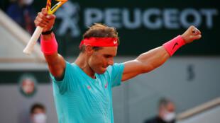 El español Rafael Nadal celebra la victoria tras ganar su partido de semifinales en Roland Garros 2020 contra el argentino Diego Schwartzman , el viernes 9 de octubre.